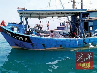 拖网渔船越界捕鱼遭驱赶,怎么料拖网渔船舵手疑心脏病发好。