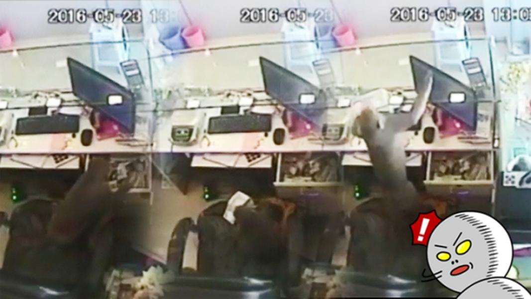泼猴向钱柜伸出魔爪,并一下拿走1万元卢比钞票。
