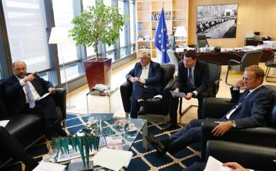 容克敦促英国尽快展开脱欧程序(左图)。右图为德国总理默克尔。