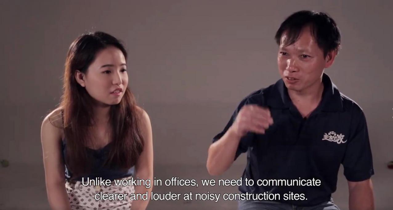 视频让年轻国人当面念出网上一些恶劣评语,捕捉客工的真实反应及看法,引起回响与反思。(视频截图)