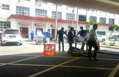 在确定急诊室安全后,医护人员把被疏散的病患迁移回急诊室。