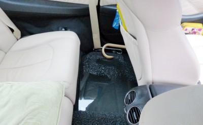 跑车女车主已把车子移到高处,但车内仍然进水。