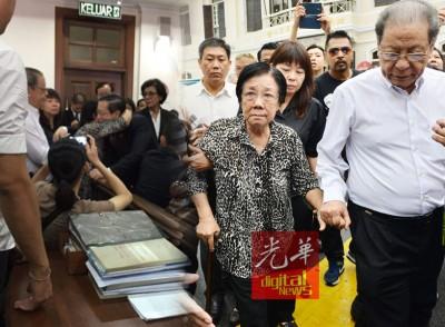 林冠英与母亲在庭内相见时,不禁含泪相拥。