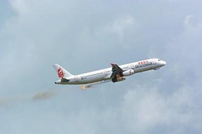 一架港龙客机前日在赤鱲角爬升期间,左边引擎突喷火球及冒烟。