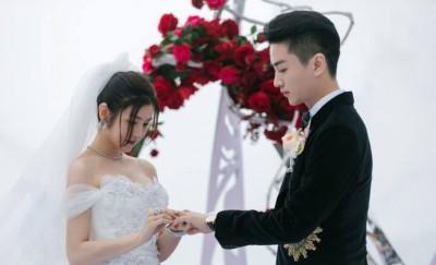 新人为彼此戴上卡地亚经典结婚对戒,互许一世盟约。