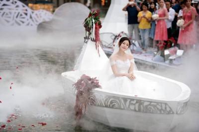 陈妍希乘着小船缓缓而来,水雾缭绕十分唯美。