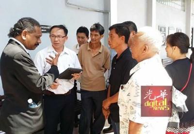 申温(左) 经张志坚帮助翻译,朝7号称当事人解释法庭审讯进展。