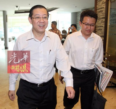 林冠英也以上午10常常50分,以该党政治教育局主任刘镇东之伴随下,到达该党总部,因与会议。