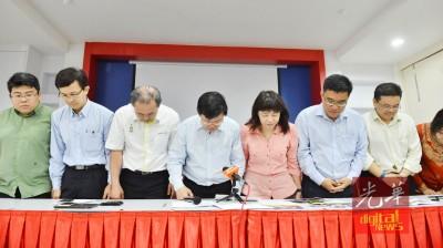 胡佑强(左1起)、魏祥敬、罗兴强、曹观友、林慧英、黄汉伟及周锦炎鞠躬鸣谢民众捐款。