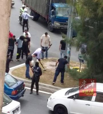 社交媒体流传一张警方押送嫌犯,疑似探测炸弹的照片。