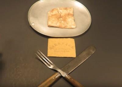 该块硬饼干拥有百多年历史。
