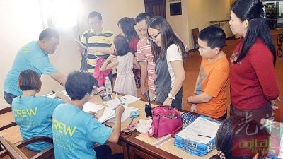 出席者聚集报名柜台,报名参与试镜活动。