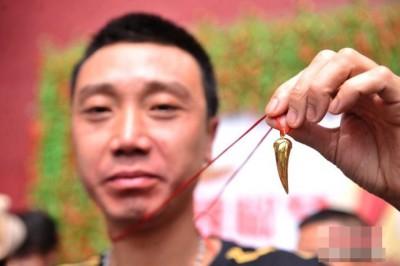 锁先生于两分钟吃掉47条辣椒,获得冠军。
