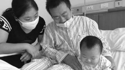 绝世好爸侯丙福为了割肝救患有罕见疾病的女儿,不惜呆坐3天在医院等挂号,就连排队党也佩服其毅力。