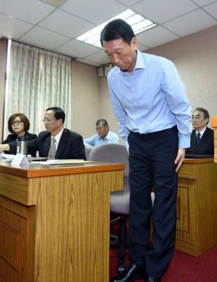 台湾副国防部长李喜明就海军误射雄三导弹致人命伤亡,向社会大众致歉。