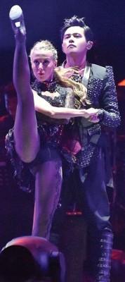 周董与女舞者一起大跳阿根廷探戈,展现苦练成果。