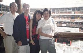 2008年7月7日,许子根一家人在一座土楼里留影。