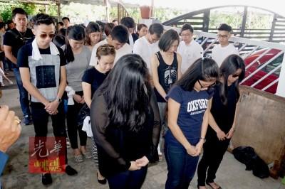 马来西亚国民大学一群同学拜祭。