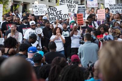 数以千计民众上街示威,誓要为两名黑人死者讨回公道。(法新社图片)