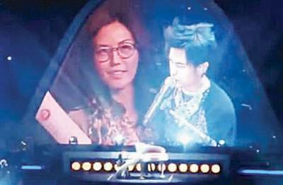 孙燕姿和爸爸一起看周杰伦的演唱会,在表演进行到2分14秒的时候,孙燕姿发现自己出现在大屏幕上。