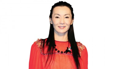 张曼玉穿红色洋装出席活动,看起来精神还不错,她透露年底将推出专辑。