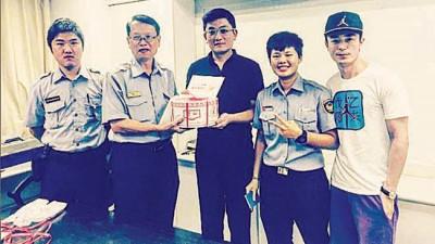 霍建华(左)至警局为哥哥(中)过生日,引起警员争相合照。
