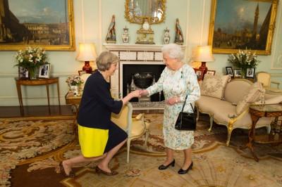 英女王(右)接见特丽莎梅(左),委她也新首相。(法新社照片)