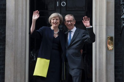 仅仅丽莎梅(左)和夫婿菲腊(右)入主唐宁街10号。