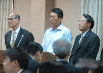 潘向前(右一)证实,中国海警已在南海区域驱离其他国家的渔民。