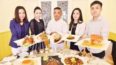 餐厅负责人李嘉辉(右一)与在国内外中式餐厅掌勺超过20年的主厨罗庸彰(中)对自家餐厅的料理均很用心。