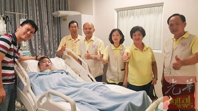 谢秀琪顺利转入槟城专科医院继续治疗,右起为基金会代表何永发、谢宝珍、谢玉金、蔡瑞豪及秀琪父亲谢记聪,左为丈夫粘健国。