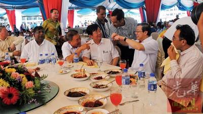 林冠英、曹观友、林峰成、丹纳等,与到来的嘉宾及民众相见欢。