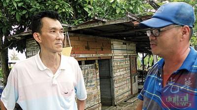 郑有斌(左)向亲友讲述父亲生前的状况。