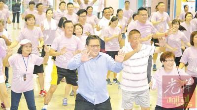 """诺嘉兹兰(左2)为""""嗨!甘拔士""""慈善义跑活动担任开幕嘉宾,并首度在镜头前大跳暖身操。"""
