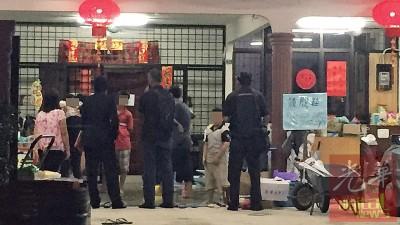 警方到收留中心带走相关的小孩。