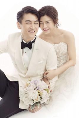 陈妍希通过VERA WANG婚纱,依偎陈告诉幸福满溢。