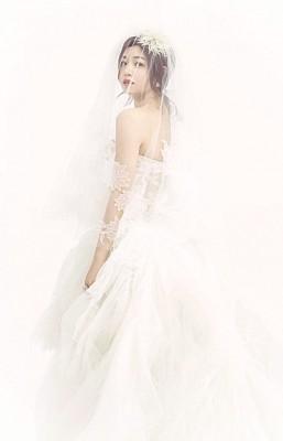 陈妍希以下头纱唯美浪漫。