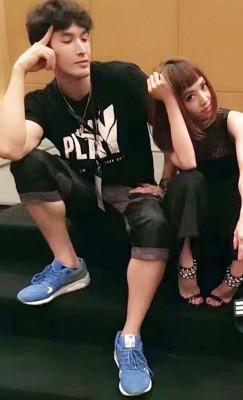 蔡依林及锦荣有默契,摆类似姿势合照。
