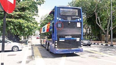 从槟城快捷通双层巴士外观可见的无障碍贴纸,显示了该巴士的上下车设计也依足无障碍设施设计。(圈处)