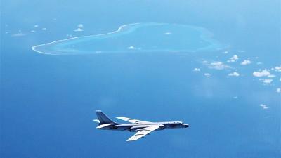 近日,空军轰-6K飞机在黄岩岛等岛礁附近空域巡航。