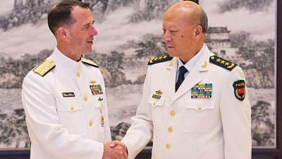 中央军委委员、海军司令员吴胜利周一在北京会见美国海军作战部长约翰理查德森。