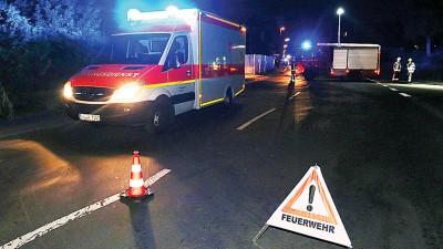 消防人员在事发现场架设路障。(法新社照片)