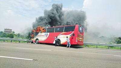 台湾国道2号桃园机场联络道西向2.9公里发生旅游巴士自撞起火事故,车上26人死亡。