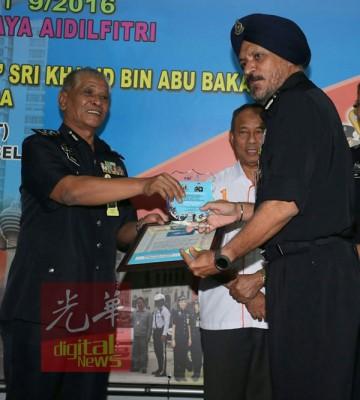 诺拉往(左)通告最佳州警察总部褒扬奖状,被吉隆坡总警长拿督阿马星。