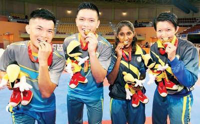 槟城空手道队金牌健儿王宇航(左起)、胡鼎威、毕丽雅桑嘉莉以及许仪雯(人名皆译音)脸上尽显无比喜悦的内容。