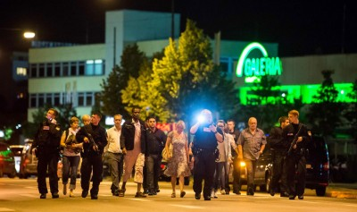 民众在警员的护送下,安全疏散。(法新社照片)