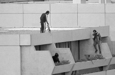1972年的图片显示,在天台的警方人员准备对付挟持人质的恐怖分子。