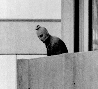 当年穆尼黑挟持人质事件,武装分子从宿舍露台探头检视街外情况。