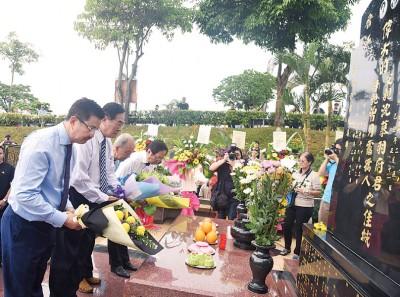 邝汉光(左起)、王超群、沈墨义以及刘利民于沈慕羽墓前献花,给上敬意。