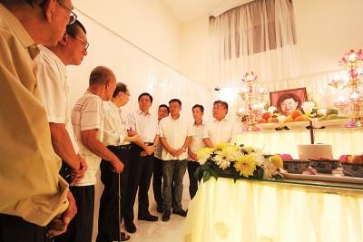 槟州国阵主席邓章耀及槟州民政党联委会代表到徐嘉平灵前吊唁。右起邱显昌医生、胡栋强、章志伟、郑两明、邓章耀、许子根及陈达安等。